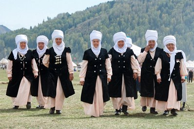 Category:Women with earrings in Kyrgyzstan - Wikimedia Commons