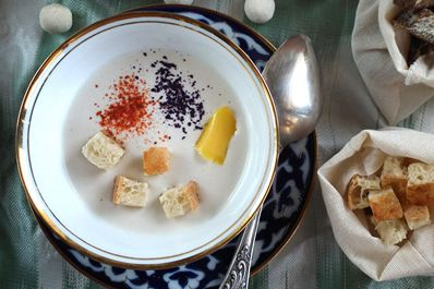 УUzbek sour milk dish: kurtoba - a soup made from kurt, melted butter and crackers